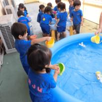 Io - 2歳児クラスの水遊び
